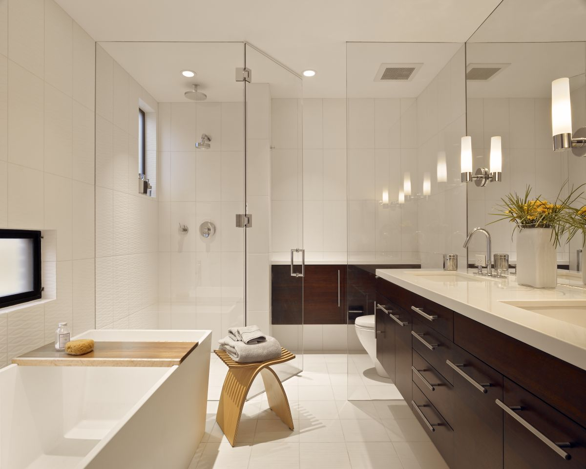 Stylish modern bathroom design with white finish picture : EwdInteriors